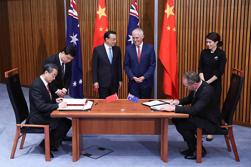 圖為3月24日,國務院總理李克強與澳大利亞總理特恩布爾在堪培拉議會大廈,共同見證了中澳兩國八份合作文件的簽署。